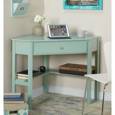 You need an awesome small desk design for your small bedroom. This article will help you to find the best small desk design for you. Small Corner Desk, Corner Writing Desk, Small Desk Space, Desks For Small Spaces, Kitchen Corner, Corner Office Desk, Lincoln, Simple Desk, Small Bedroom Designs