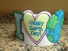 Looking for an Earth Day themed craft? Check out this I Love Earth Headband! Visit Krazee 4 Kindergarten to grab this and other free Earth Day Printables. Be sure to check out the rest of our Earth Day printables too! Earth Day Projects, Earth Day Crafts, Art Projects, Preschool Projects, April Preschool, Kindergarten Science, Preschool Schedule, Earth Day Activities, Spring Activities
