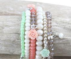 Mooie armbanden, oorbellen en kettingen met roosjes kralen. ideaal deze zomer