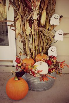 Halloween and fall decorations for the porch. Galvanized tub with corn stalks, … - Halloween Dekoration Porche Halloween, Fall Halloween, Halloween Porch, Fall Home Decor, Autumn Home, Holiday Decor, Fall Yard Decor, Autumn Decorating, Porch Decorating