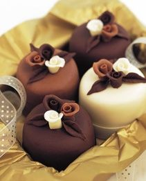 comtesse-du-chocolat:  Chocolate rose mini cakes (source: pinterest.com)