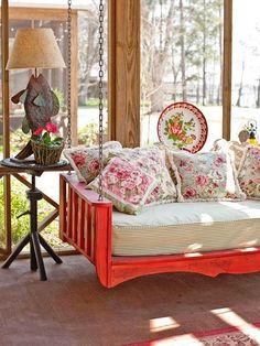 SUSPENDA JÁ   Não é um charme este sofá suspenso? Perfeito para embalar os momentos de relax na casa de praia... #inspiracao #decoracao #verao #balanco #ficaadica