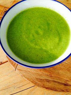 detox soep 0,6 liter water 1 ui, grof gesneden 1 teen knoflook, geperst 1 stronk broccoli, in stukken flinke hand rucola 1/2 komkommer, geschild sap van een halve citroen kleine advocado, zonder schil zeezout peper