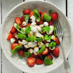 Impressive salad with strawberries and mozzarella (in Polish with translator)