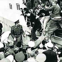 Barcelona, 2-4-1954. Tras diez años de campo de concentración, el buque 'Semiramis' trae a los prisioneros de guerra españoles liberados por...