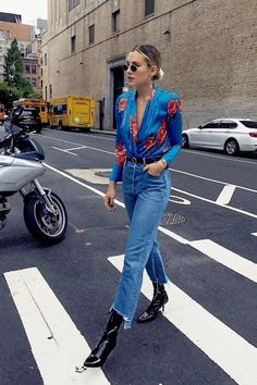 Danielle Bernstein street style. Boyfriend jeans. High waisted jeans and floral top. Black booties. Street style, street fashion, best street style, OOTD, OOTD Inspo, street style stalking, outfit ideas, what to wear now, Fashion Bloggers, Style, Seasonal Style, Outfit Inspiration, Trends, Looks, Outfits.