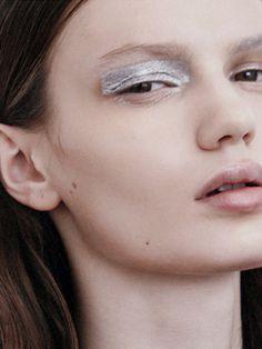Silvery, metallic eyeshadow (via @thecoveteur)