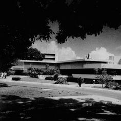 Edificio Centro de Estudiantes de la UPR Recinto de Río Piedras, San Juan, Puerto Rico (1961)  Diseñado por Henry Klumb