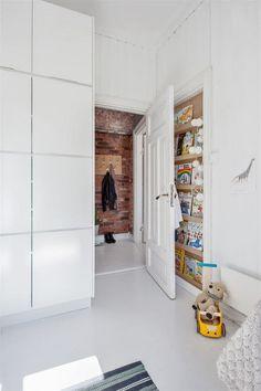 Stort garderobeskap og spesial-laget hylle bak døren - perfekt for oppbevaring av magasiner, sko eller lignende