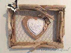 Un coeur en bois de 14 cm recouvert de tissu (toile de jute) fixé sur un grillage à poules. Ce coeur est agrémenté dun coeur en plâtre, cordelette, perles en bois,étiquette en carton avec inscription (pour toi). Entourage en bois flotté , papillon en papier. Crochet au dos du cadre. Dimensions= 30 cm x 24 cm (sans les bois qui dépassent) Poids= 468g Origine: bois flotté ramassé sur les plages du Var