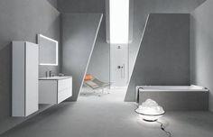 Stoer en strakke ME badkamer serie by PhilippeStarck voor Duravit met industriele Stonetto douchebak en Paiova bad. Duravit AG