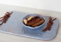 1 bandeja com um potinho de ceramica artesanais, excelentes para servir queijo acompanhados por geleia, paes e molhos e petiscos