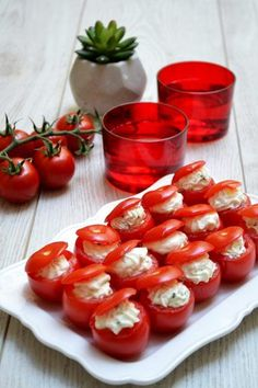 Too good and too simple ricotta tomatoes Ricotta, Appetizers For Party, Appetizer Recipes, Tapas, Potato Bites, Good Food, Yummy Food, Recipe 30, Veggie Tray
