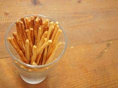食べる手が止まらなくなる!『サクサク酒粕スティックプレッツェル』の作り方 - macaroni