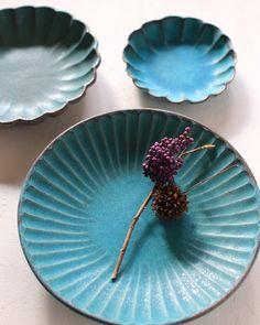 【益子焼 若林健吾さんの器】問い合わせをたくさん頂きありがとうございます。4枚目は、有田焼やま平窯のエッグシェルのフリーカップと合わせてみました。  #益子焼 #ターコイズブルー  #若林健吾  #わかさま陶芸  #フリーカップ  #tablesetting A Table, Glaze, Japanese, Ceramics, Dishes, Tools, Tableware, Beautiful, Enamel