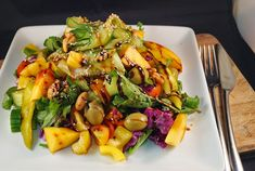 Looking for a delicious and simple lunch option? Try out this Peach & Cashew Summer Salad with a Sweet Balsamic Reduction.  #cleaneating #vegan #vegetarian #wholefoodplantbased