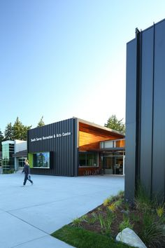 Image 14 of 39 from gallery of South Surrey Recreation & Arts Centre / Taylor Kurtz Architecture+Design. Photograph by Ema Peter Architecture Design, Retail Architecture, Education Architecture, Club Design, Design 24, Urban Design, House Design, Container Buildings, Container Architecture