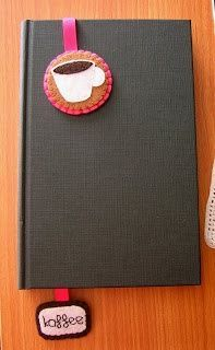Cosir i fer ampolles: Puntos de libro, tazas de café de fieltro. Perhaps a temple in one end and a bee/rose/ laurel leaf in the other? Cute Crafts, Felt Crafts, Diy Crafts, Sewing Crafts, Sewing Projects, Felt Bookmark, Diy Bookmarks, Ribbon Bookmarks, Book Markers