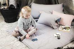 Enkelt og stilrent legetæppe fra By Heritage. Se vores store udvalg af kvalitets børnetøj og accessories fra danske og internationale børnetøjsmærker