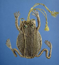 I would love to make one for next time I´m getting dressed up!  Isis' Wardrobe: 17th century frog purses