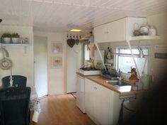 (Diessen) Het keukentje, met kastjes van Ikea. De bovenkastjes zijn eigenlijk voor boven een afzuigkap maar passen prima in een lage ruimte als een stacaravan.