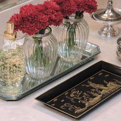 Nossos vasinhos de vidro ficaram lindos com a nossa bandeja preta de chinoserie   Bandeja por apenas R$170,00 no site da Camélia! www.cameliadecor.com.br