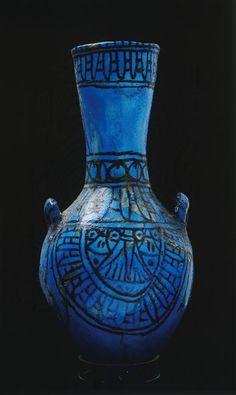 Vase en céramique bleue décoré de lotus. XIXe dynastie. Source : Réunion des Musées Nationaux-Grand Palais.