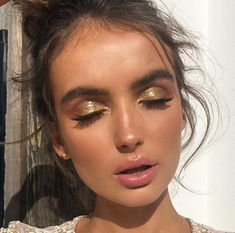 Gold shimmery glitter eyeshadow makeup look. This is a beautiful look for summer… Gold shimmery glitter eyeshadow makeup look. This is a beautiful look for summer time and specially night time! Glitter Eyebrows, Gold Eyeliner, Glitter Makeup, Prom Makeup, Wedding Makeup, Glitter Lipstick, Glitter Hair, Glitter Fabric, Glitter Curtains