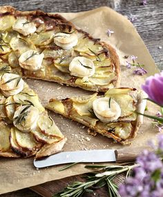Lækker kartoffelpizza med en skøn smag af gedeost og rosmarin. Bag den på en bagesten, eller varm bagepladen helt op, inden du sætter pizzaen i ovnen.