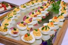 Gefüllte Eier mit Lachs Farschyrowanye Jaiza s lososem - Фаршированные яйца с лососем Dutch Recipes, Raw Food Recipes, Cooking Recipes, Good Food, Yummy Food, Snacks Für Party, Appetisers, Antipasto, Macaron