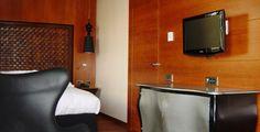 Mobiliario de soporte y almacenaje: minibar-mueble para el televisor. Siguiendo con la línea del resto de mobiliario, se busca su funcionalidad con toques de elegancia, con tonos que continúen con el ambiente del hotel.