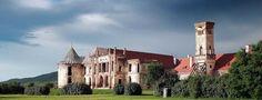 """Castelul Banffy de la Bontida (judetul Cluj) este una dintre ruinele cele mai celebre din Ardeal. Cunoscut si sub numele de """"Versailles-ul Transilvaniei"""", constructia poarta in zidurile sale istoria uneia dintre cel mai importante familii nobiliare din aceasta parte a Europei."""