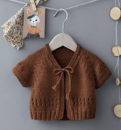Knitted Boys and Girls Baby Sweater, Vest Cardigan Patterns - Knitting, Crochet Love Knitting Blogs, Knitting For Kids, Baby Knitting Patterns, Knitting Stitches, Knitted Baby Cardigan, Cardigan Pattern, Pull Bebe, Teddy Bear Clothes, Baby Vest