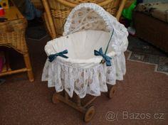 Proutěný pojízdný košík s krajkovou boudičkou pro panenky - 1