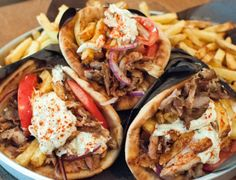 In Athens, there are a lot of places to eat economically. Souvlaki, street food and delicious breakfast, lunch and dinner are available for you. Cajun Recipes, Greek Recipes, Italian Recipes, Food From Different Countries, Greece Food, Unique Recipes, Ethnic Recipes, Good Food, Yummy Food