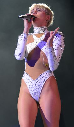 miley-cyrus-crotch-pussy-lip-slip-ass-twitter-tumblr-candids-bangerz-tour-in-vancouver-008.jpg (2204×3796)