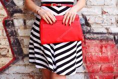 Модная женщина с красной сумочкой в руках крупным планом — стоковое изображение #48877983