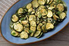 Le zucchine a scapece sono tipiche della cucina campana. Le zucchine, una volta fritte, vengono condite con un delizioso intingolo di aceto e menta!