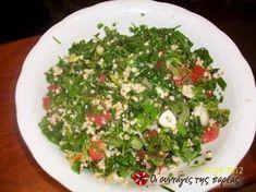 Μια πολύ πολύ αρωματική, ελαφριά σαλάτα ιδανική για να συνοδεύσει κρεατικά αλλά και για κυρίως γεύμα τα καλοκαιρινά βραδάκια παρέα με ένα ποτήρι κρύο λευκό κρασί. Yummy Mummy, Salad Bar, Recipe Images, Appetisers, Greek Recipes, Seaweed Salad, Palak Paneer, Better Life, Feta
