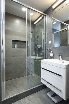 Místo vany byl umístěn sprchový kout.