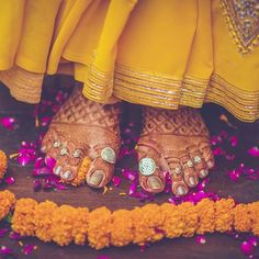 Best Wedding Accessories in India Mehndi Designs Feet, Toe Ring Designs, Unique Mehndi Designs, Anklet Designs, Bridal Mehndi Designs, Bridal Bangles, Bridal Jewelry, Bridal Chuda, Rajputi Jewellery