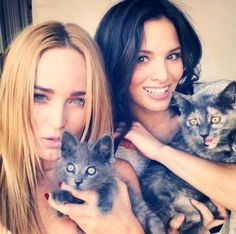 Caity Lotz & Katrina Law with cats too its just yes! And with what happened in the last episode Nyssara needs to come back
