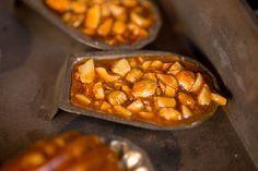 Griliášové pracičky Suroviny 500 g třtinového moučkového cukru 360 g loupaných mandlí máslo na vymazání 1 jablko Více na: http://www.tchiboblog.cz/bozske-cukrovi/?utm_source=kucharskakniha&utm_medium=PR&utm_content=Facebook&utm_campaign=BozskeCukrovi