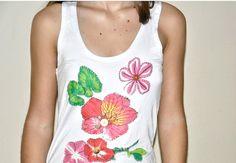 **** Camiseta na cor branca, malha de ótima qualidade,  tamanho G, modelo  nadador, com aplicação de flores de chita  e botões. ******* Produto pronta entrega.*******  ****     Modelo: Bárbara Bet Kohls  **** Consultar valor do frete! **** Aceitamos encomendas em outros tamanhos, cores e modelos (baby look, convencional,  mangas longas, curtas)! R$45,00