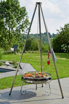 Dank des frei schwebenden Grillrosts ist das Grillgut bei diesem Schwenkgrill in Bewegung, sodass sich die Hitze im Vergleich zu anderen Grillmethoden gleichmäßiger verteilt.