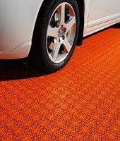 Garage mit Bodensystem Bergo PREMIUM Garagenboden in rot Garage Boden, Covered Decks, Tile Floor, Tiles, New Homes, Flooring, Orange, Glow, Future