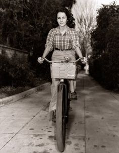 Through the Ages: Beauties on Bikes - A young Taylor went for a slightly masculine look while cycling in the mid pairing a plaid shirt with a pair of trousers and some lace-up oxfords. NOTHING masculine about Elizabeth Taylor Elizabeth Taylor, Queen Elizabeth, Golden Age Of Hollywood, Hollywood Glamour, Old Hollywood, Classic Hollywood, Hollywood Stars, Hollywood Actresses, Catherine Deneuve