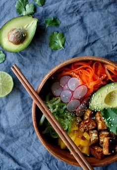 Vegan poké bowl with tempeh - Zonderzooi - Healthy recipes & a sustainable lifestyle Bibimbap Bowl, Poke Salad, Poke Recipe, Sushi Bowl, Vegetarian Recipes, Healthy Recipes, Healthy Food, Tempeh, Tofu