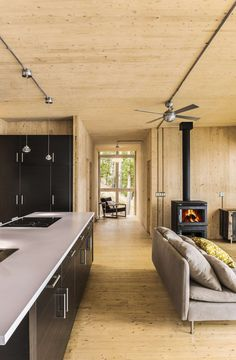 Summer cottage is prefabbed out of cross-laminated timber : TreeHugger | Quebec