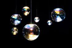"""Schillernde Seifenblasen aus Glas: Hängeleuchte """"Iris"""" von Neo/Craft #Interior Innovation Award #Iris #Neocraft #OLED-Lampe #OLED-Leuchte #Sebastian Scherer"""